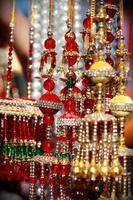 Indiase Aziatische bruids Kalire tinkelende klokken op cultuur festival markt foto