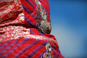 Indiase kleurrijke jurk met kralen kristallen op festival cultuurmarkt foto