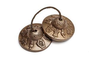 Tibetaanse boeddhistische tingsha-bekkens geïsoleerd foto