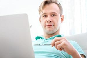man aan het werk met laptop foto