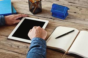 man aan het werk met een tablet-computer foto