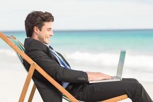 zakenman die zijn laptop met behulp van foto
