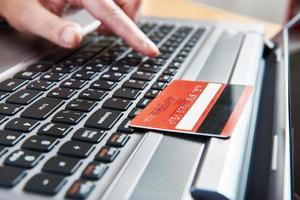 hand van een vrouw met creditcard foto