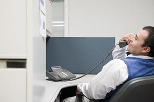 kantoor werknemer op telefoon foto
