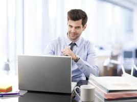 jonge zakenman die in bureau werkt foto