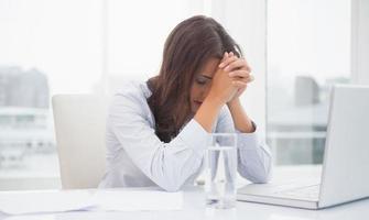moe zakenvrouw achter haar bureau