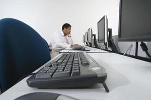 bedrijfspersoon die werkt op de computer foto