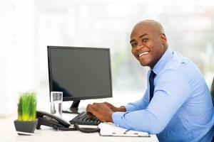 jonge zwarte zakenman die computer met behulp van foto