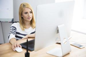 vrouwelijke fotoredacteur die op computer werkt foto