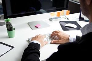 jongen typen op een computer foto