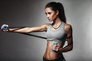 vrouw uitoefenen met rubberen tape foto