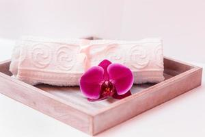 handdoek en orchidee foto