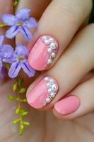 roze manicure met mini parels