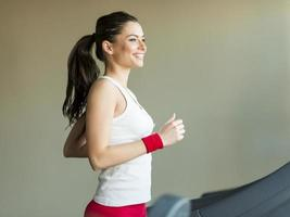 vrouw in de sportschool foto