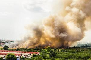 brand in het stadsoverzicht. foto