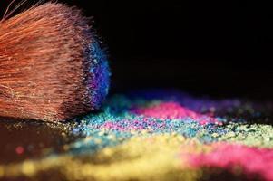 veelkleurige gemalen oogschaduw en penseel foto