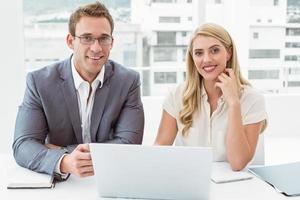 mensen uit het bedrijfsleven met laptop op kantoor foto