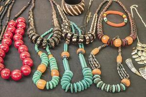 Afrikaanse traditionele handgemaakte kralen armbanden, kettingen, hangers. foto