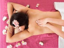 vrouw ontvangt rugmassage in beauty spa