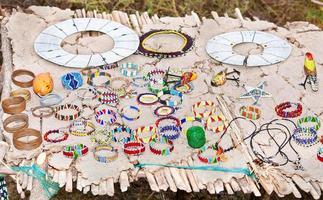 masai traditionele sieraden in de dorpsmarkt. foto