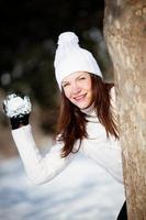 meisje speelt met sneeuw