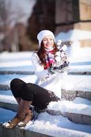 meisje speelt met sneeuw foto