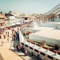 pelgrims en toeristen rondlopen boudha stupa - retro effect. foto