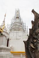 witte pagode in de tempel foto