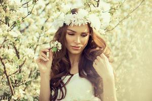 sensuele vrouw in de tuin van appel foto