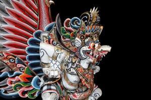 Garuda-standbeeld op zwarte achtergrond
