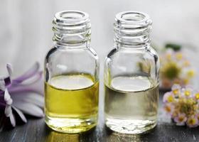 flessen met etherische olie foto