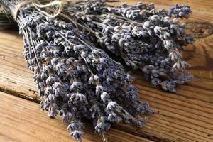 droge lavendel bos op houten achtergrond foto