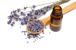 gedroogde lavendel met een flesje etherische olie foto