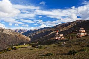oude bon stupa in saldang dorp, nepal foto