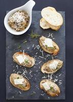 aubergine en parmezaanse crostini foto