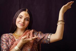 schoonheid zoete echte Indiase meisje in sari glimlachen foto