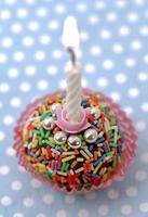 verlichte verjaardagskaars foto
