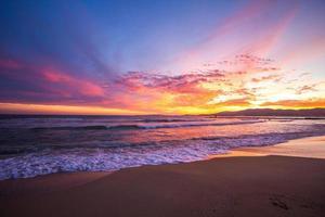 zonsondergang tropisch zandstrand zee weeft palm paraplu Mallorca Mallorca foto