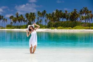 blanke vrouw ligt aan de prachtige kust foto