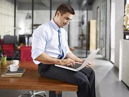 Kaukasische zakenman werken op kantoor