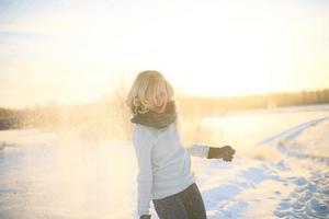 jonge blanke vrouw geniet van de winter foto