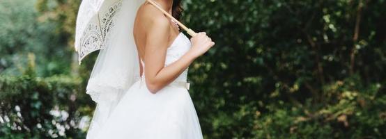 Kaukasische mooie bruid op trouwdag. foto