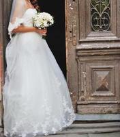 prachtige Kaukasische bruid in een prachtige jurk