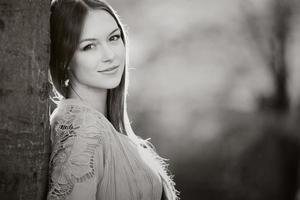 Kaukasische vrouw met lang haar jurk dragen foto