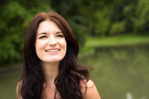 portret van blanke vrouw buitenshuis in park foto