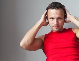 jonge blanke man in rode sportieve shirt foto