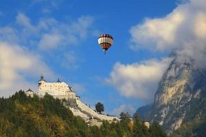 over de bergen vliegende gigantische ballon foto