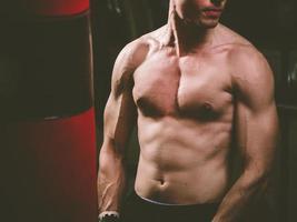 jonge blanke bokser training met een bokszak foto