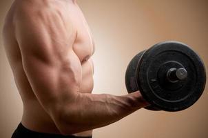 staande biceps halterkrul foto