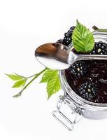 glas met zelfgemaakte blackberry jam op wit foto